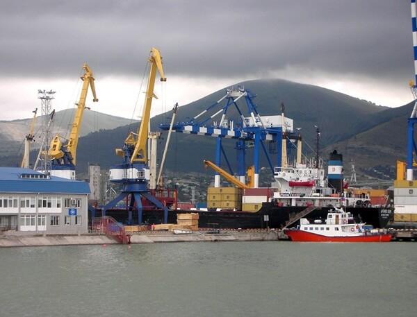 Hàng gửi bằng đường biển chỉ đến cảng và bạn phải đến tận nơi nhận hàng