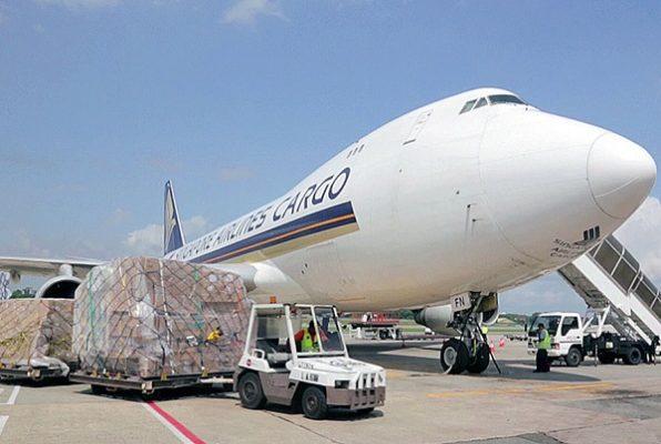 Gửi hàng đi bằng đường hàng không chỉ phù hợp với hàng hóa, bưu phẩm có trọng lượng nhẹ, không cồng kềnh