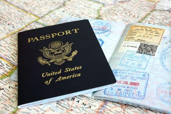 Đóng gói giấy tờ, tài liệu quan trọng chuyển phát nhanh đi nước ngoài cần ghi rõ thông tin người nhận và người gửi