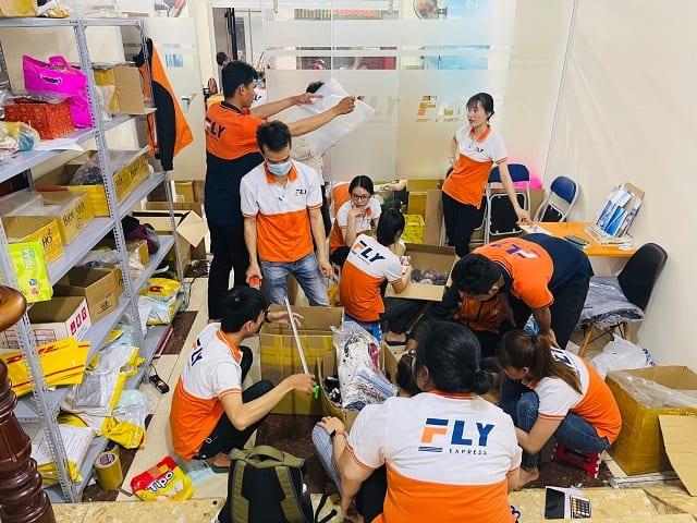 Hình ảnh công ty Fly Express - Khi đóng gói hàng hóa
