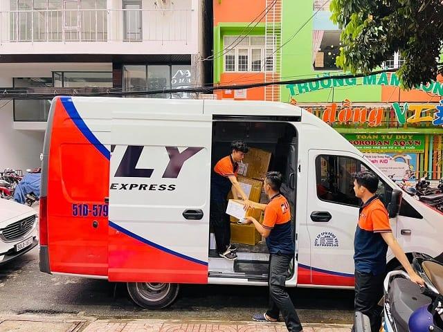 Hình ảnh công ty Fly Express - Khi nhận hàng